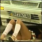 Djevojka popravlja automobil