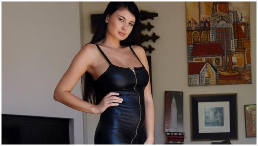 Raskošna Lucy u uskoj crnoj haljini (HQ)