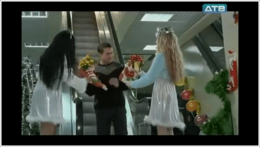 Novogodišnje darivanje na pokretnim stepenicama