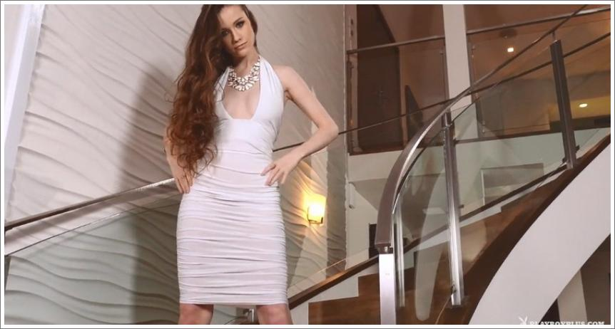 Emily skida bijelu haljinu i pozira na stepenicama