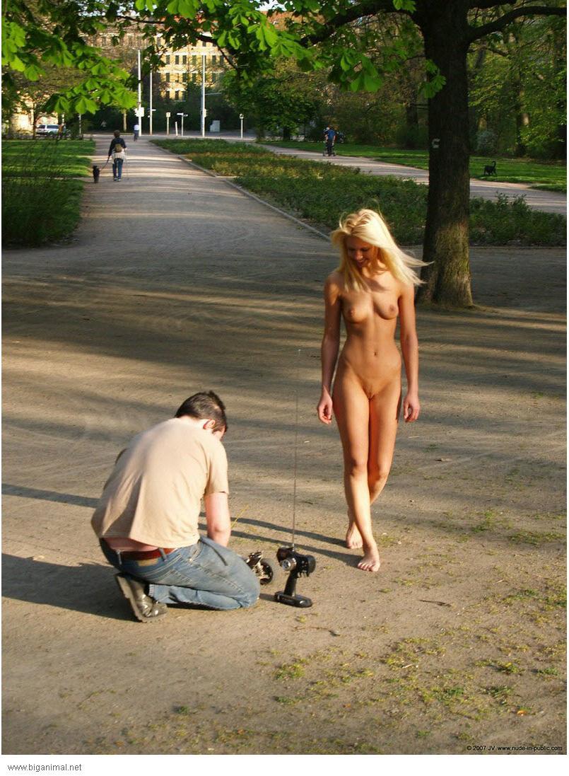 очень сексуальная голая девушка на улице перед люди фотки джонсон-ассистентка мастерса
