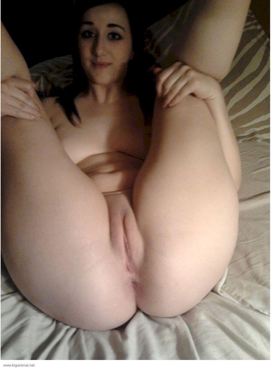 Nice webcam brunette finger her pussy