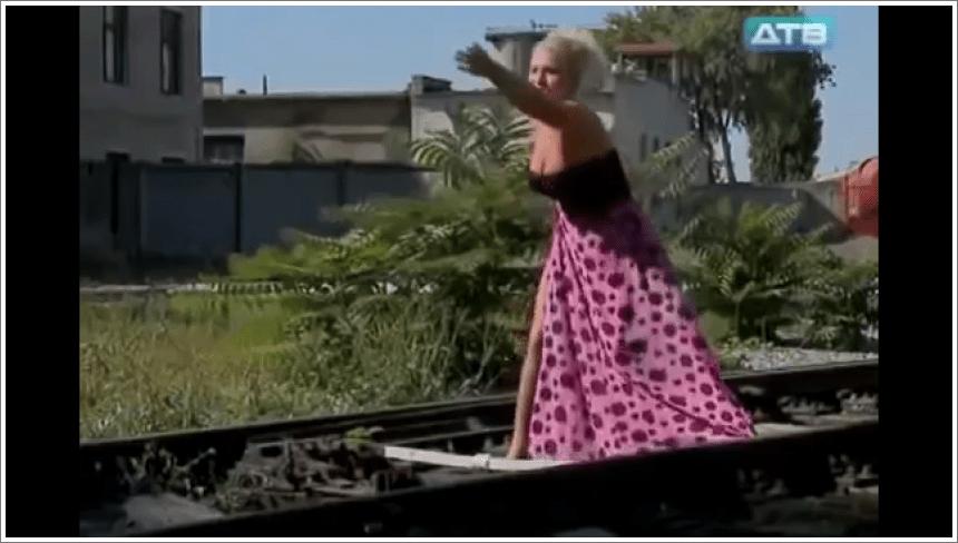 Suknja zapela na željezničkm tračnicama