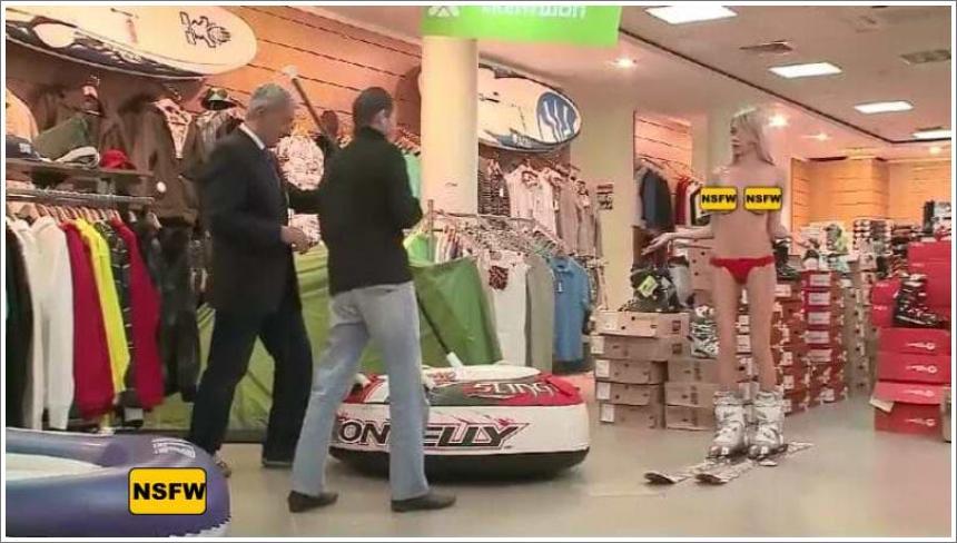 Gola skijašica u dućanu sportske opreme