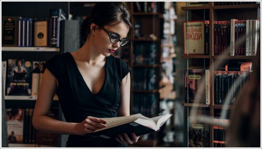 Gole djevojke i naočale