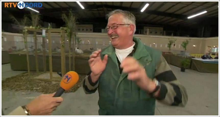 Farmer se smije kao kokoš