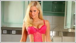 Seksi plavuša u kuhinji