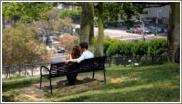 Seks na klupici u parku