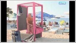 Sramežljivi muškarci u kabini na plaži