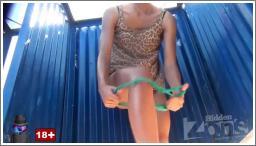 Djevojka u leopard haljinici